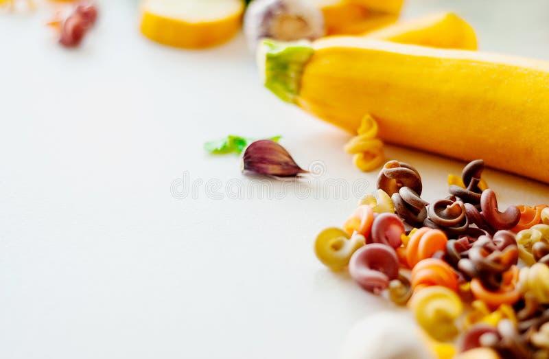 Conceito italiano do alimento Ingredientes para a massa tinturas naturais para o tomate da massa, espinafre, cenouras imagens de stock