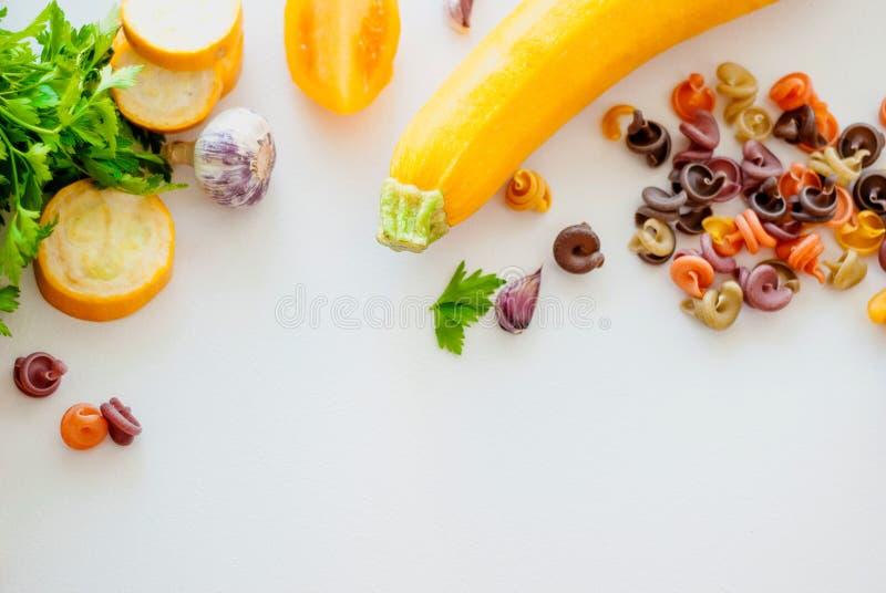 Conceito italiano do alimento Ingredientes para a massa tinturas naturais para o tomate da massa, espinafre, cenouras imagem de stock royalty free