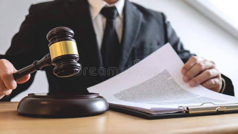 Conceito legal da lei, do conselho e da justiça, advogado de assistência masculino ou foto de stock