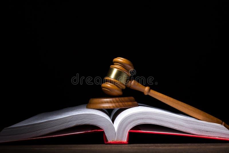 Conceito legal da lei e da justiça Martelo dos juizes com o soundboard no livro de lei aberto grande contra o fundo preto fotografia de stock