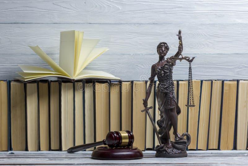 Conceito legal da lei - livro de lei aberto com um martelo de madeira dos juizes na tabela em uma sala do tribunal ou em um escri imagem de stock