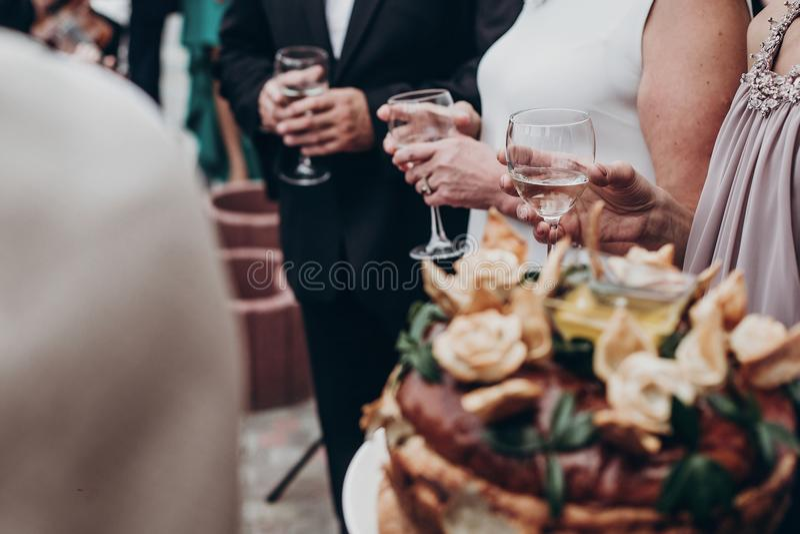 Conceito luxuoso da vida vidros do champanhe e de vinho nas mãos no luxu imagem de stock