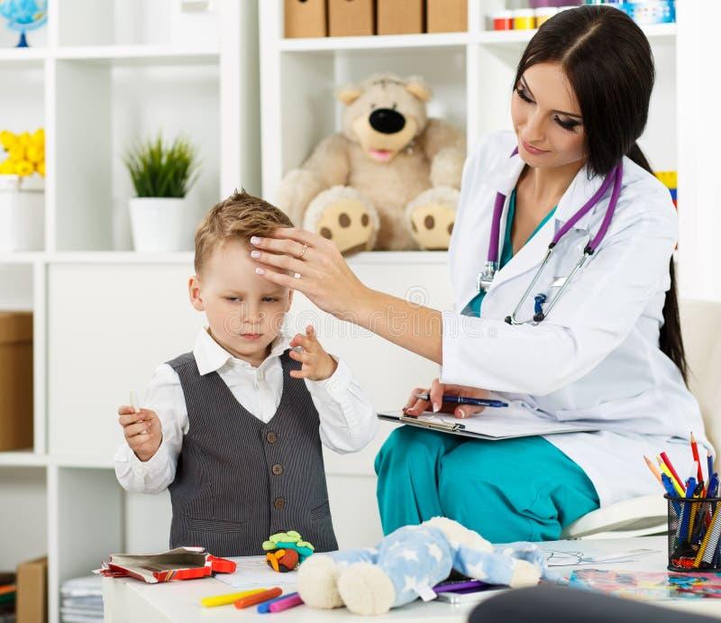 Conceito médico da pediatria foto de stock
