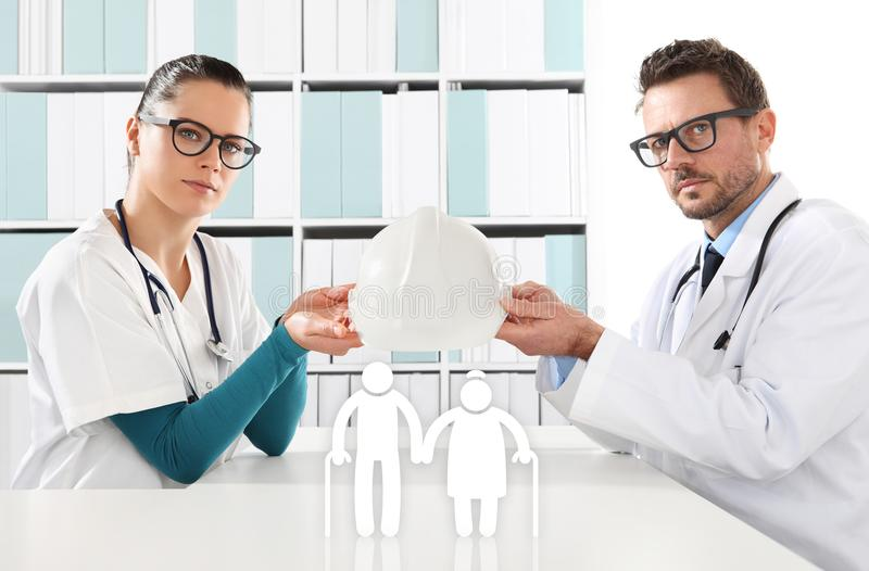 Conceito médico do seguro da idade avançada, mãos dos doutores com proteção ilustração do vetor