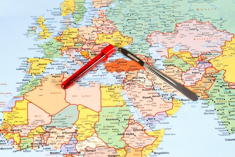 Conceito médico do turismo com escalpelo do mapa do mundo e fotos de stock royalty free