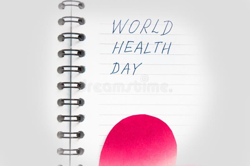 Conceito médico dos cuidados médicos, coração vermelho, efeito do vignetting, palavras no dia de saúde de mundo do bloco de notas imagens de stock royalty free