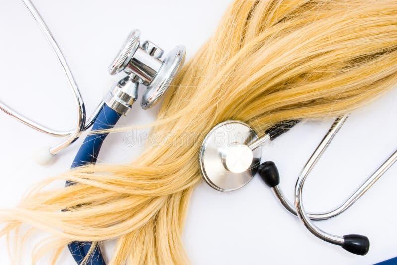Conceito médico no trichology, na dermatologia e no exame do cabelo A onda ou o fechamento do cabelo louro do paciente são cercad fotografia de stock royalty free