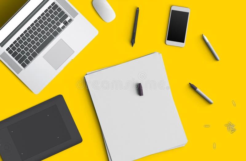 Conceito mínimo do espaço de trabalho: telefone esperto, pena, lápis, bloco de notas, caderno, tabuleta, portátil, composição no  ilustração stock