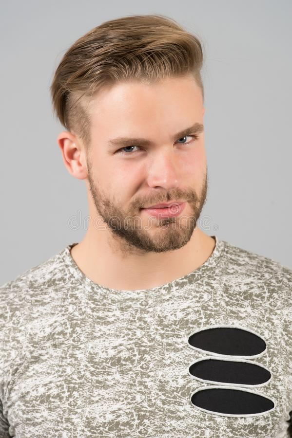 Conceito masculino da beleza Equipe o indivíduo não barbeado farpado na camisa à moda com detalhes rasgados E imagens de stock