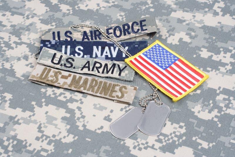 Conceito MILITAR dos E.U. com fitas do ramo e etiquetas de cão no uniforme da camuflagem imagens de stock royalty free