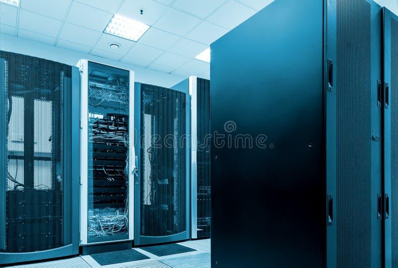 Conceito moderno do computador da tecnologia da rede e da telecomunicação: sala do servidor no datacenter imagem de stock royalty free