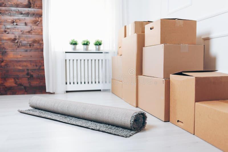 Conceito movente Sala com caixas de cartão fotos de stock royalty free
