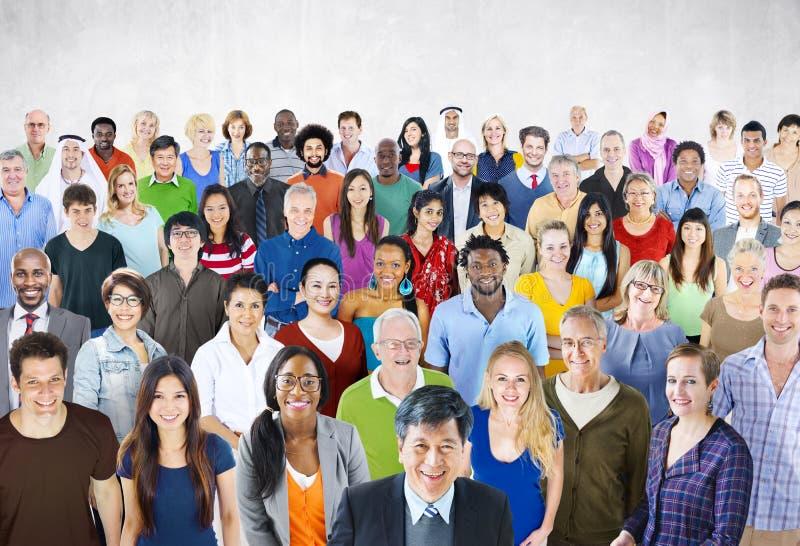 Conceito multi-étnico da diversidade do grande grupo de pessoas da multidão imagem de stock