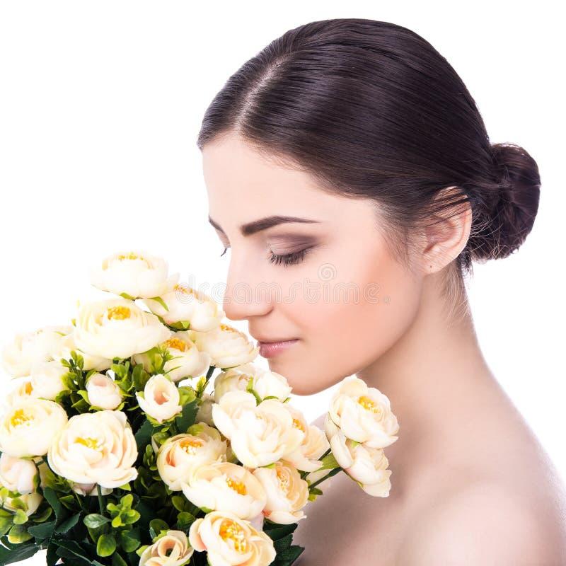 Conceito natural da beleza - mulher bonita nova com isolador das flores imagem de stock royalty free