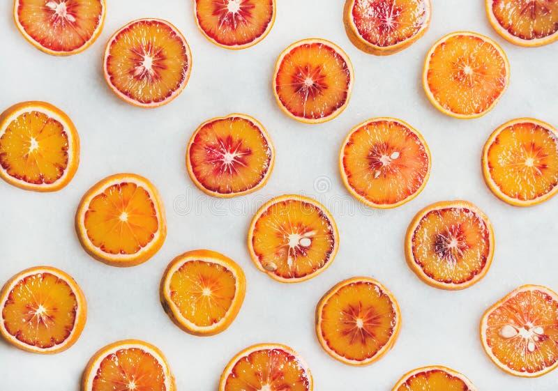 Conceito natural do teste padrão do fruto com fatias da laranja pigmentada foto de stock royalty free