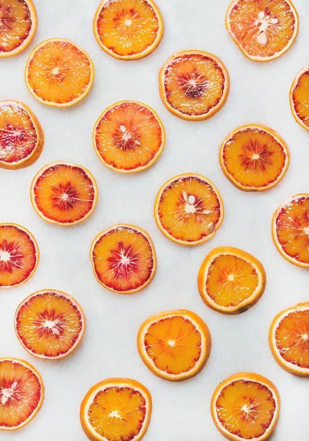Conceito natural do teste padrão do fruto com fatias da laranja pigmentada fotografia de stock