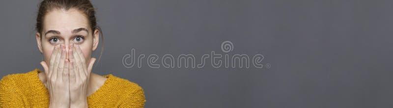 Conceito negativo dos sentimentos para a menina bonita chocada, espaço cinzento da cópia fotografia de stock royalty free