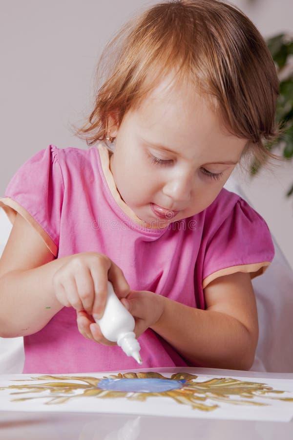 Conceito: o mundo é colorido e maravilhoso Fim acima da pintura bonito da menina da criança pequena fotos de stock