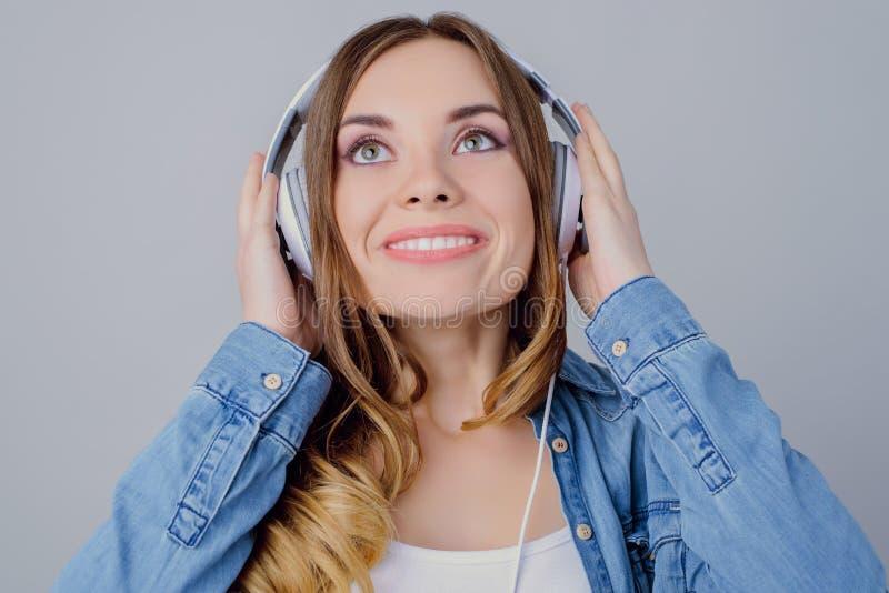 Conceito ocasional à moda do estilo toothy audio da tendência do acordo Feche acima do retrato de encantar a menina bonita sonhad foto de stock
