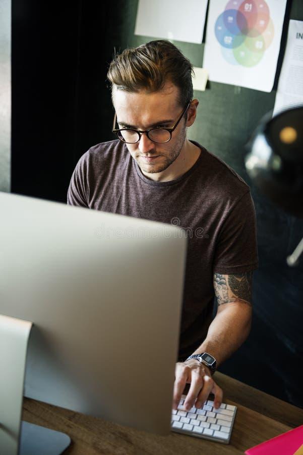 Conceito ocupado de Editing Home Office do fotógrafo do homem imagem de stock