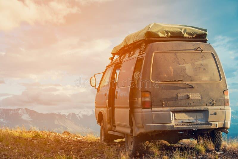Conceito Offroad do carro com montanhas Microbus vista Cargo-apocalíptico fotografia de stock royalty free
