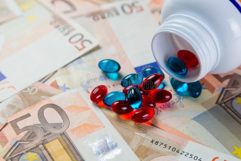 Conceito Overpriced das drogas - comprimidos do recipiente em contas do monet imagem de stock royalty free