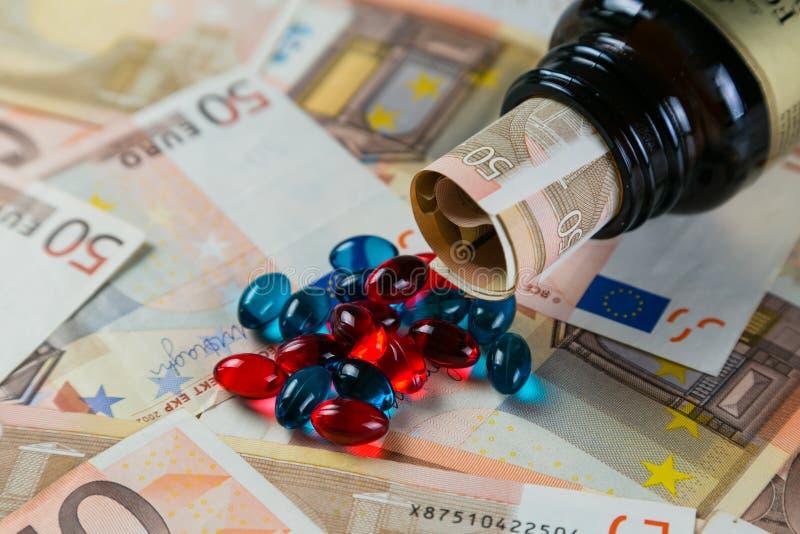 Conceito Overpriced das drogas - comprimidos do recipiente em contas do monet fotos de stock royalty free
