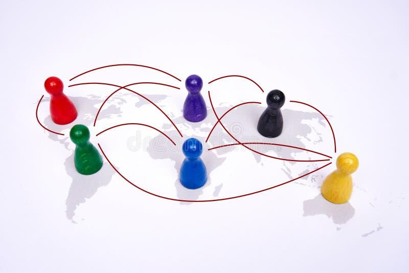 Conceito para a globalização, o negócio global, o curso ou a conexão global Figuras coloridas com linies de conexão imagem de stock royalty free