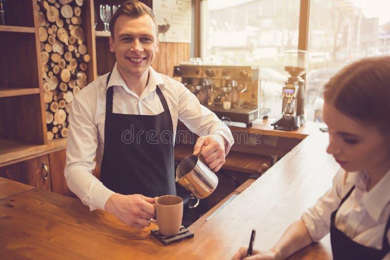 Conceito para o barista profissional na cafetaria imagens de stock royalty free