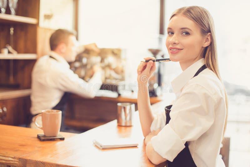 Conceito para o barista profissional na cafetaria fotografia de stock