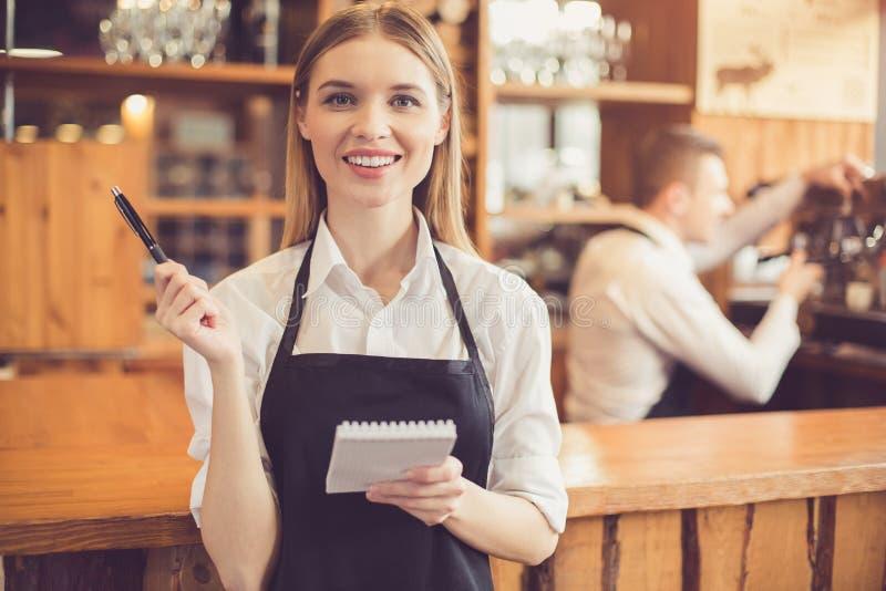 Conceito para o barista profissional na cafetaria foto de stock