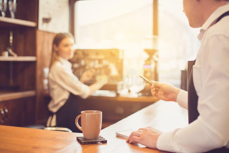 Conceito para o barista profissional na cafetaria fotos de stock royalty free