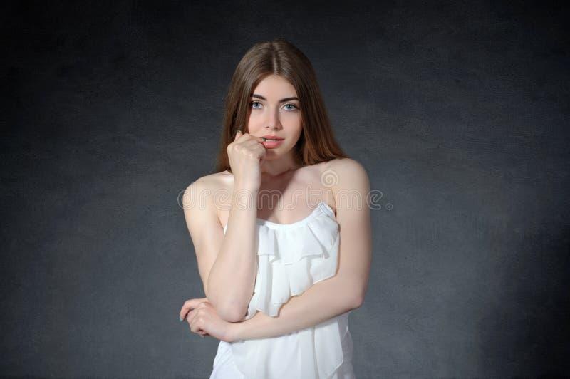 Conceito pensativo, tímido, pensando A mulher cruzou seus braços imagens de stock