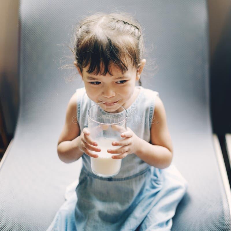 Conceito pequeno do leite da bebida da menina imagens de stock