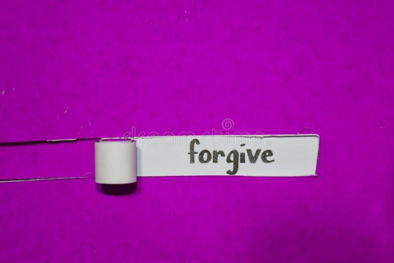 Conceito perdoe, do inspiração, da motivação e do negócio no papel rasgado roxo fotos de stock