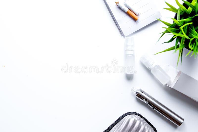 Conceito - perigos do fumo e da opinião superior do cigarro eletrônico imagens de stock royalty free