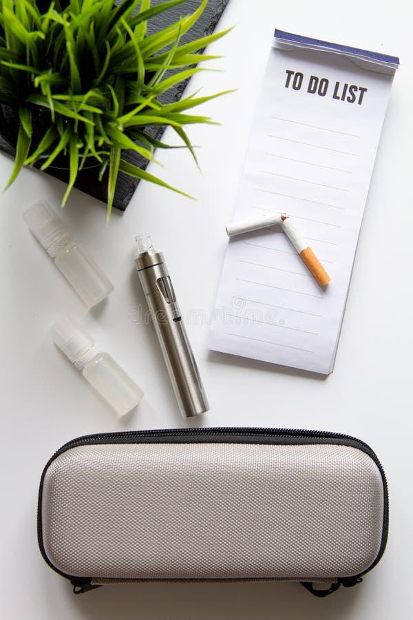 Conceito - perigos do fumo e da opinião superior do cigarro eletrônico fotos de stock royalty free