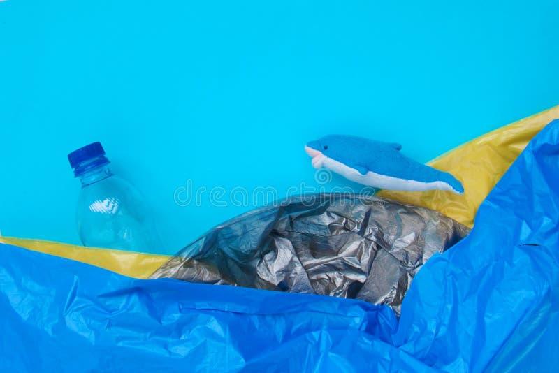 Conceito plástico da poluição do oceano do mundo fotografia de stock royalty free
