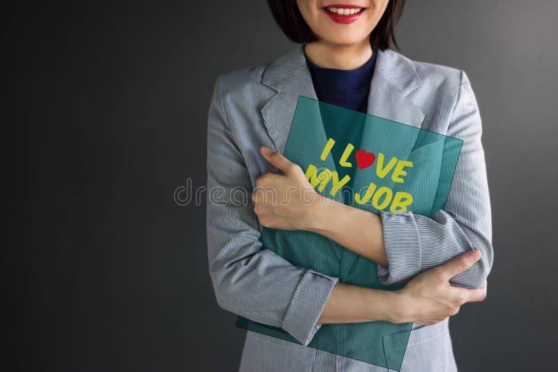 Conceito positivo da realização, mulher de funcionamento que sorri e que abraça fotos de stock royalty free