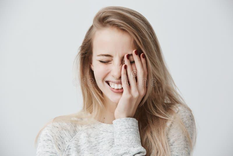 Conceito positivo das emoções A mulher loura caucasiano feliz bonita vestiu ocasionalmente o sorriso amplamente, mostrando seu pe fotografia de stock royalty free