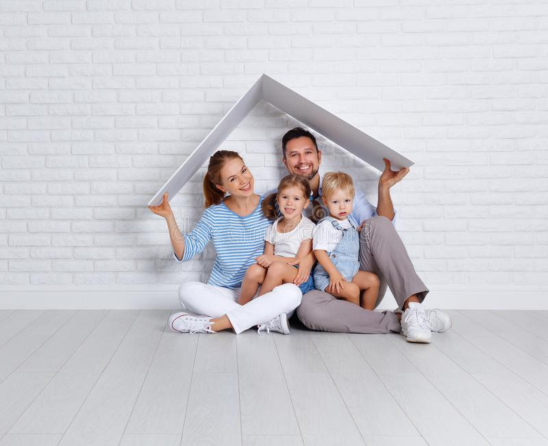 Conceito que abriga uma família nova pai e crianças da mãe em n fotografia de stock royalty free