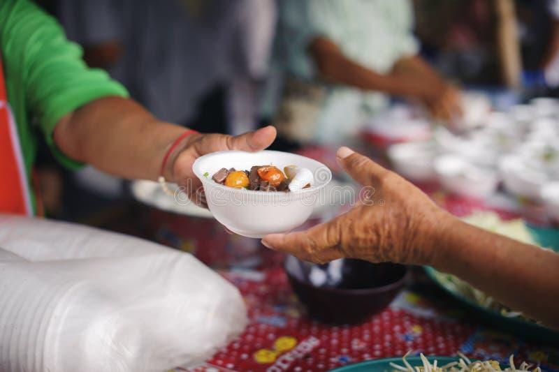 Conceito que serve o alimento livre aos pobres: Alimento livre, usando sobras para alimentar o com fome: Conceito do alimento da  fotos de stock royalty free