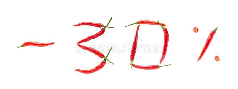 Conceito quente da venda ou do disconto Escrita feita de pimentas frescas no fundo branco Uma taxa de desconto de trinta por cent imagens de stock