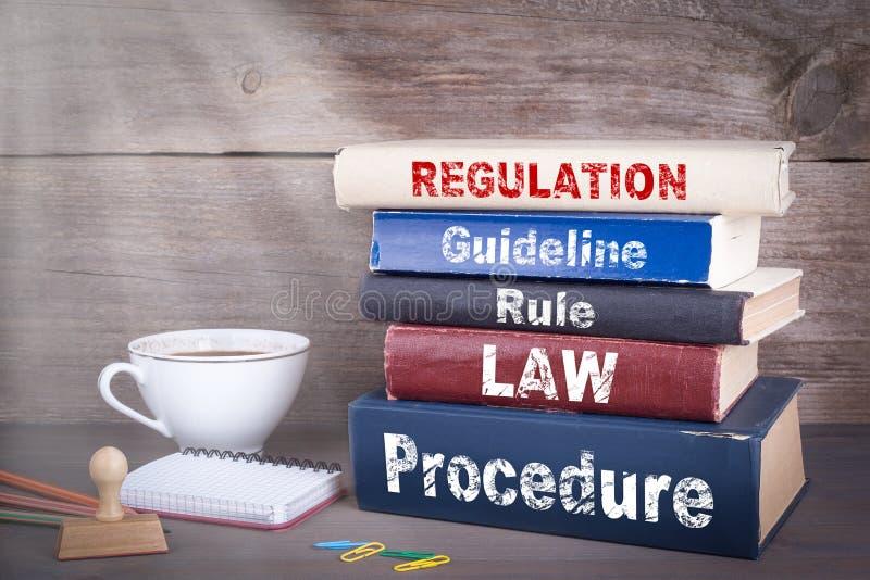 Conceito regulamentar Pilha de livros na mesa de madeira imagens de stock