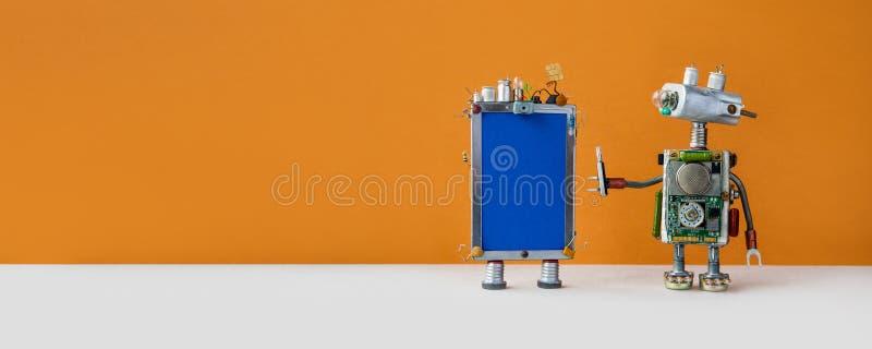 Conceito robusto de atendimento ao cliente Assistente de robô amigável com telefone moderno em fundo castanho espaço de cópia fotos de stock royalty free