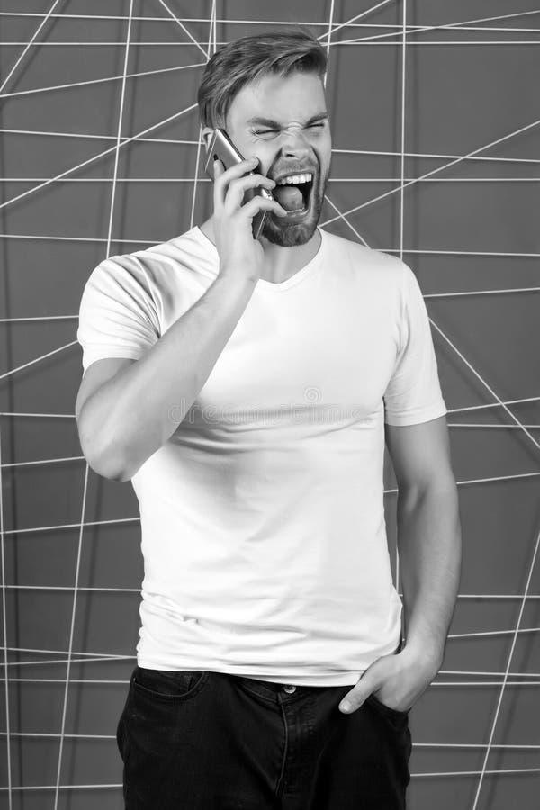Conceito rude das maneiras Conversação móvel do telefone da chamada do indivíduo A cara louca agressiva macho da gritaria fala o  imagens de stock