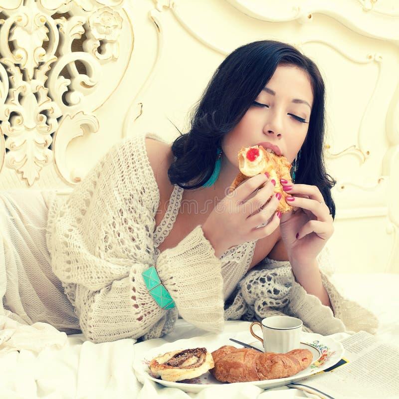 Conceito saboroso do café da manhã Retrato de comer bonito novo da mulher imagem de stock royalty free