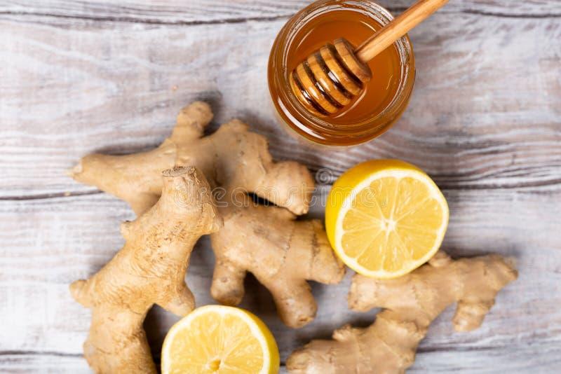 Conceito saudável Chá, limão, gengibre, mel em um fundo branco Configuração lisa Tratamento do frio e dos vírus Seja saudável imagens de stock royalty free