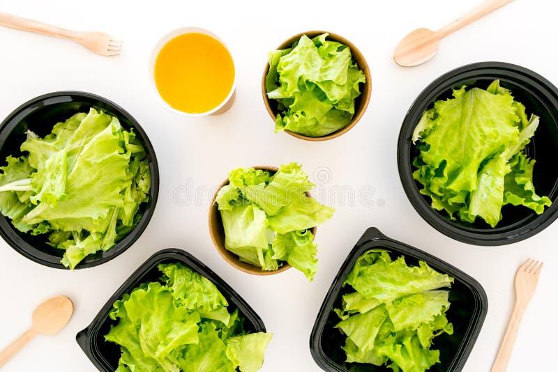Conceito saudável da entrega do alimento Alimento saudável da ordem ao escritório ou à casa Luz, refeição da dieta com alface em  fotos de stock