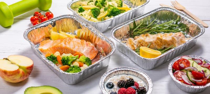 Conceito saudável da entrega do alimento - refeições em uns recipientes fósseis fotografia de stock royalty free